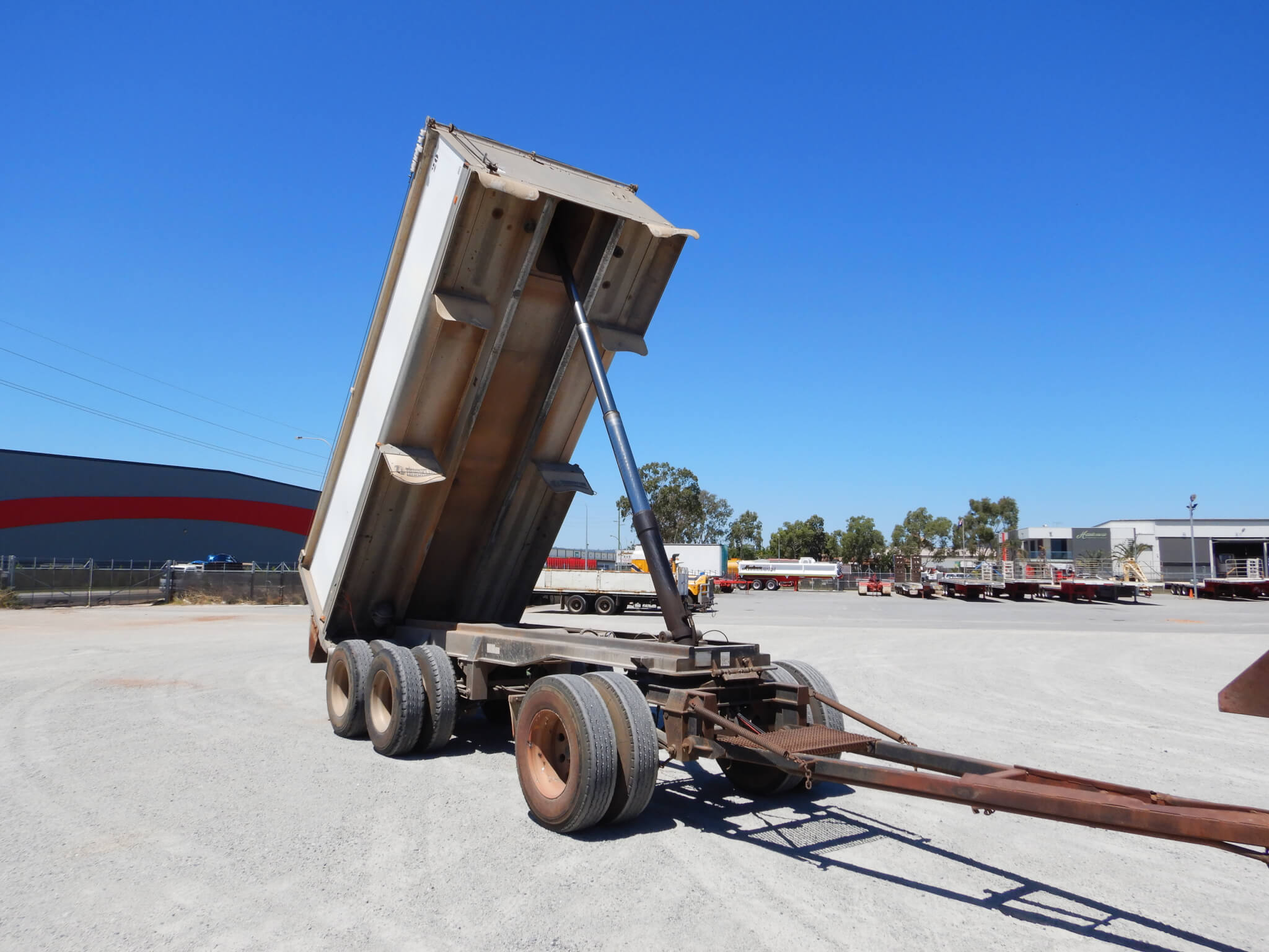 USED 2002 BORCAT THREE AXLE TIPPING DOG TRAILER